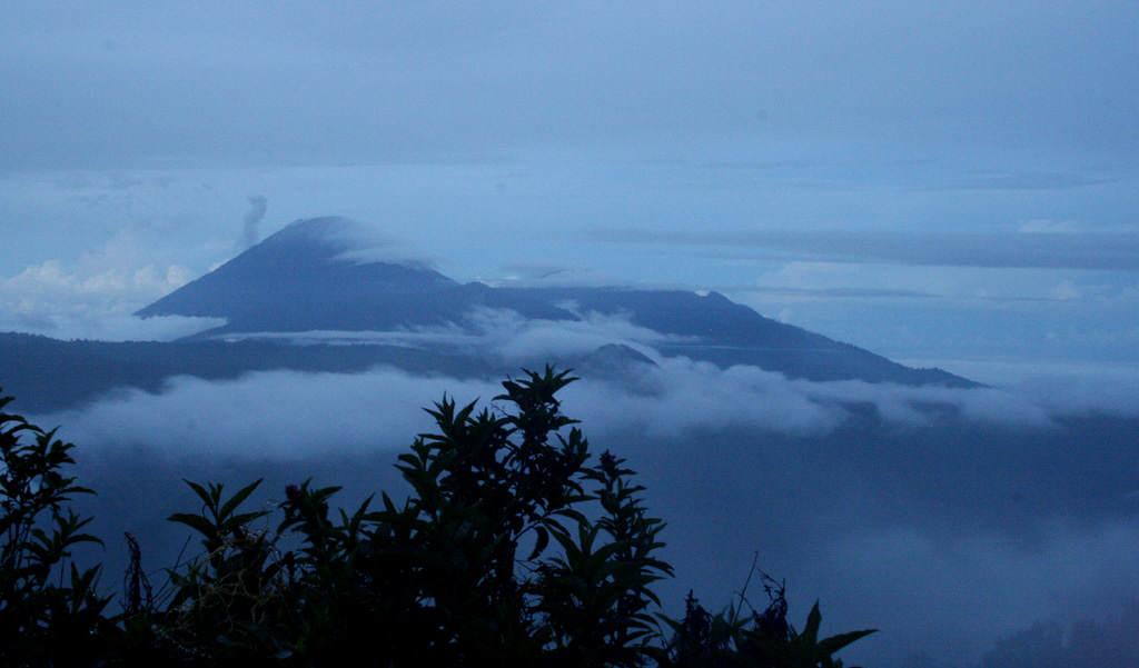Vernebelter Sonnenaufgang am Mount Bromo